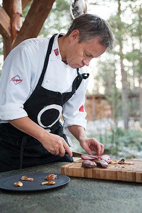 Kokken Johnny Trasti skjærer viltkjøtt